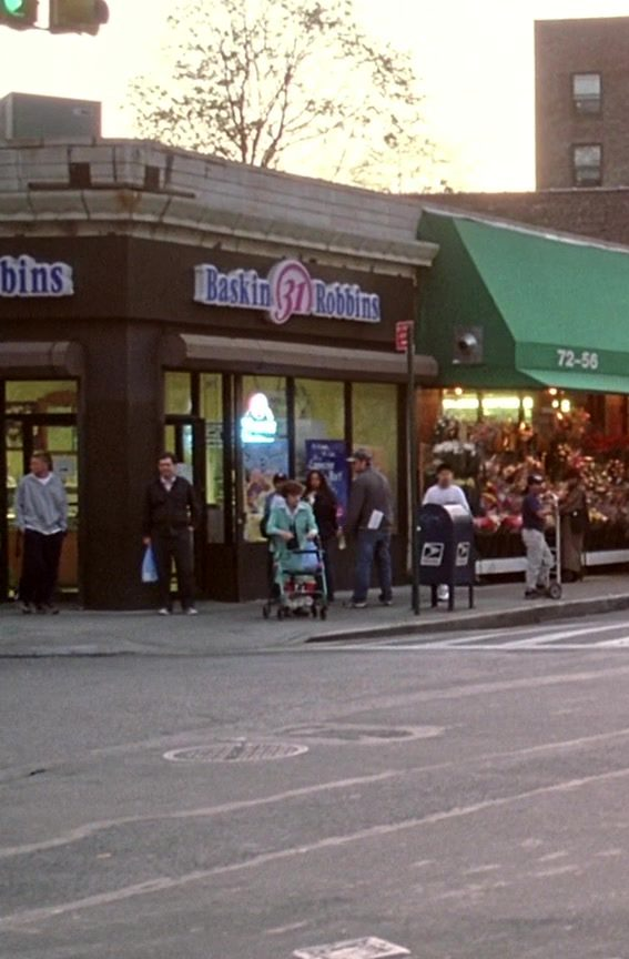 Baskin-Robbins Ice Cream & Cake Restaurant in Spider-Man (2002) - Movie Product Placement