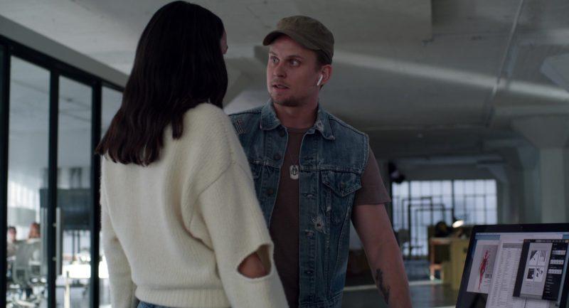Apple AirPods Wireless Earphones in Velvet Buzzsaw (2019) Movie Product Placement