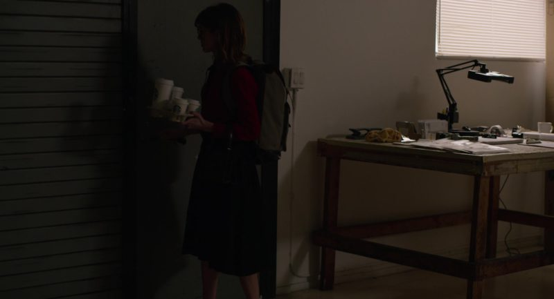 Starbucks Coffee Cups Held by Natalia Dyer in Velvet Buzzsaw (2019) - Movie Product Placement