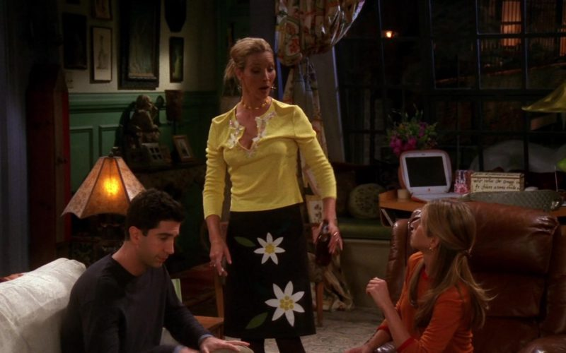 Apple iBook Laptop in Friends Season 7 Episode 4 (1)