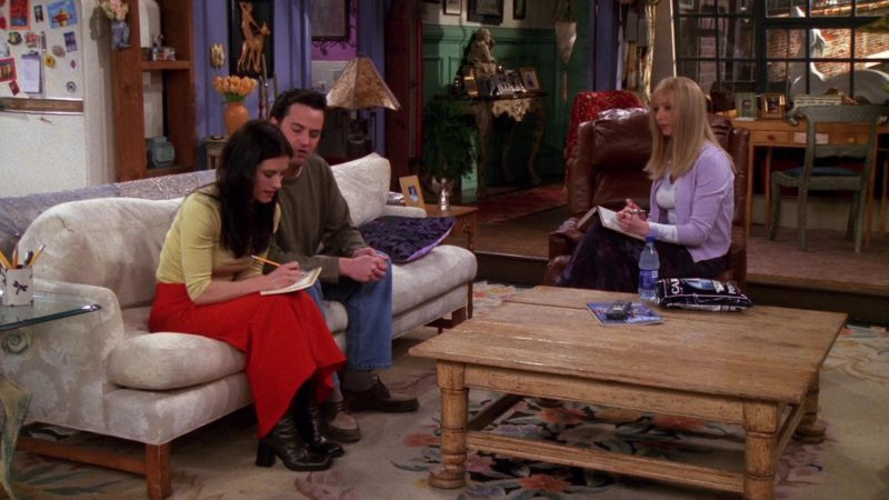 "Cape Cod White Cheddar Popcorn Held by Lisa Kudrow (Phoebe Buffay) in Friends Season 6 Episode 21 ""The One Where Ross Meets Elizabeth's Dad"" (2000) - TV Show Product Placement"
