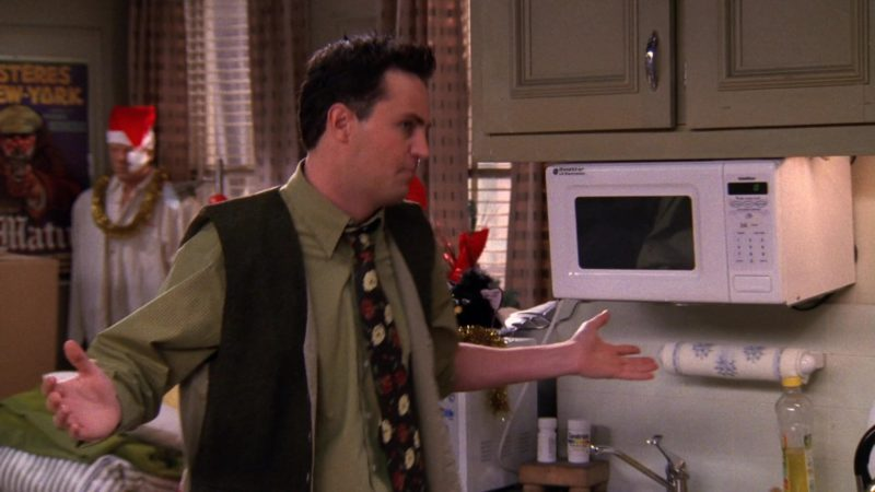 "Goldstar Microwave Oven in Friends Season 5 Episode 10 ""The One With the Inappropriate Sister"" (1998) - TV Show Product Placement"