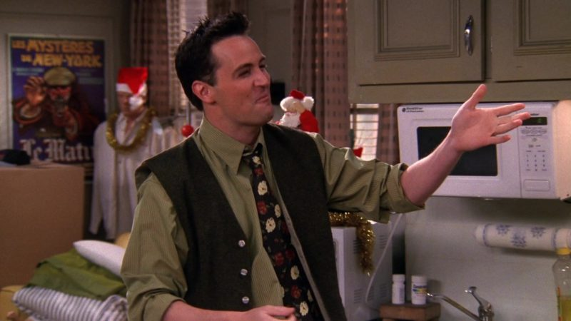 """Goldstar Microwave Oven in Friends Season 5 Episode 10 """"The One With the Inappropriate Sister"""" (1998) - TV Show Product Placement"""