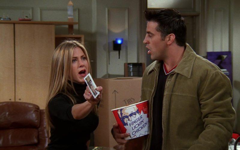 KFC Bucket Held by Matt LeBlanc (Joey Tribbiani) in Friends Season 5 Episode 9 (13)