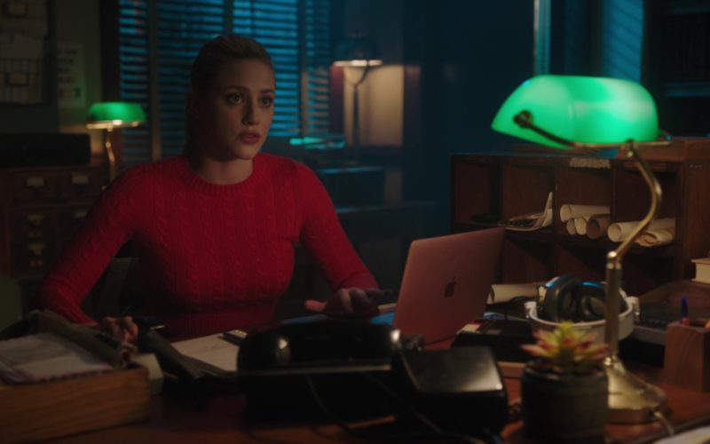 Apple MacBook Rose Gold Laptop Used by Lili Reinhart in Riverdale (4)