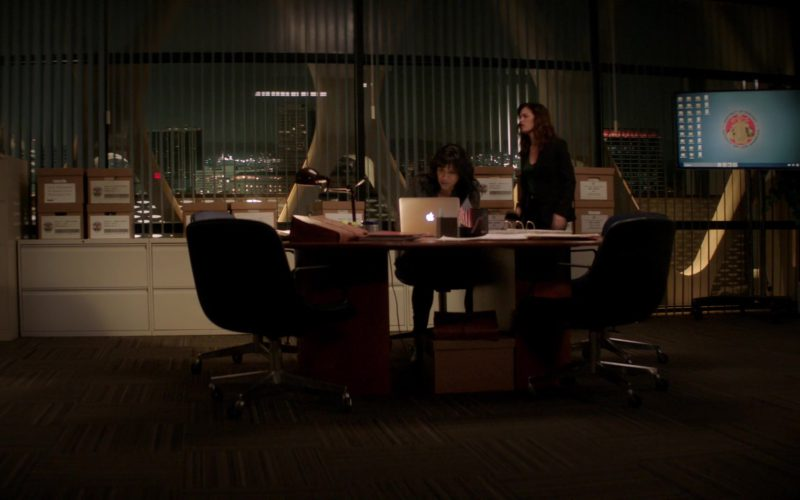 Apple MacBook Laptop Used by Robin Tunney & Merrin Dungey in The Fix (1)