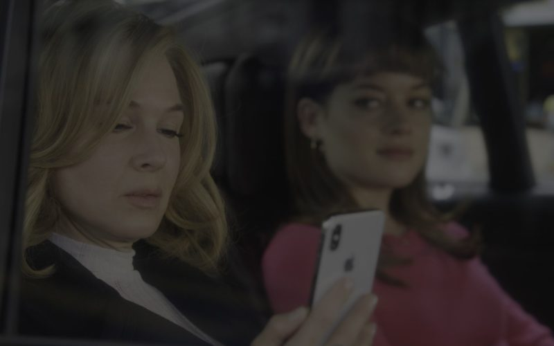 Apple iPhone Smartphone Used by Renée Zellweger (1)