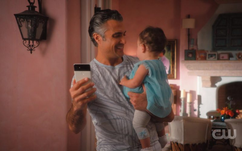 Google Pixel Smartphone Used by Jaime Camil in Jane the Virgin (3)