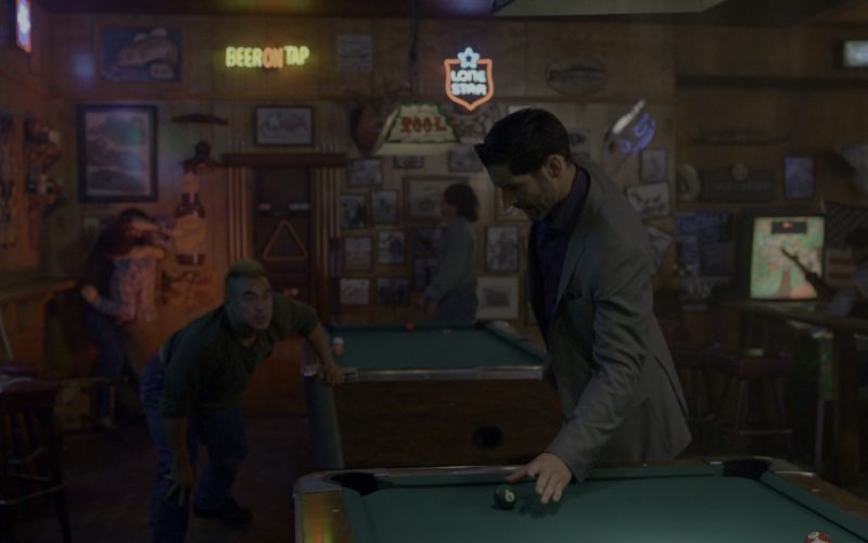 Lone Star Beer Neon Sign in Lucifer – Season 4, Episode 4 (2)