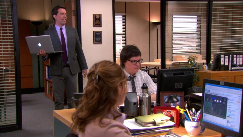"""Apple MacBook Pro Laptop Used by Ed Helms (Andy Bernard) & HP Monitors Used by Clark Duke (Clark Green) & Jenna Fischer (Pam Beesly) in The Office – Season 9, Episode 18, """"Promos"""" (2013) - TV Show Product Placement"""