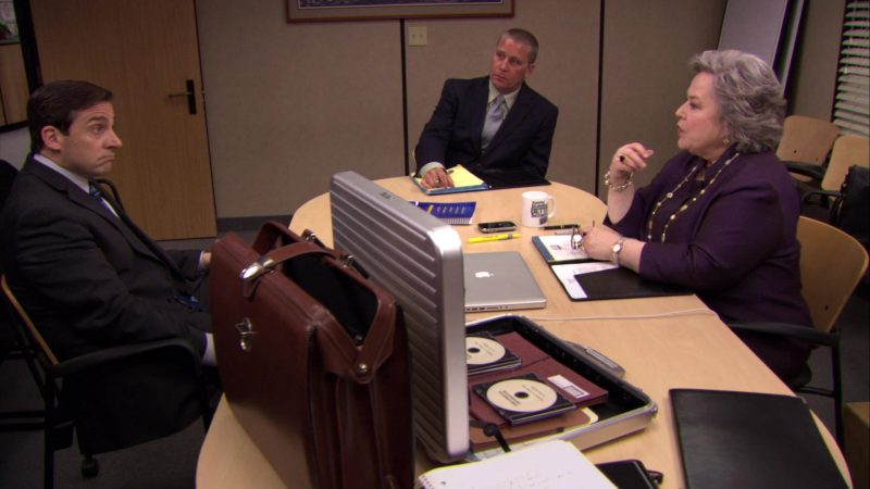 "Apple MacBook Pro Laptop Used by Kathy Bates (Jo Bennett) in The Office – Season 6, Episode 26, ""Whistleblower"" (2010) - TV Show Product Placement"