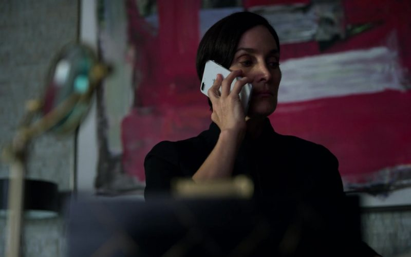 Apple iPhone Smartphone Used by Carrie-Anne Moss in Jessica Jones (1)