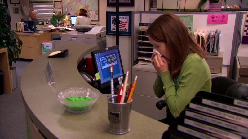 """HP Monitor Used by Ellie Kemper (Erin Hannon) in The Office – Season 6, Episode 19, """"St. Patrick's Day"""" (2010) TV Show Product Placement"""