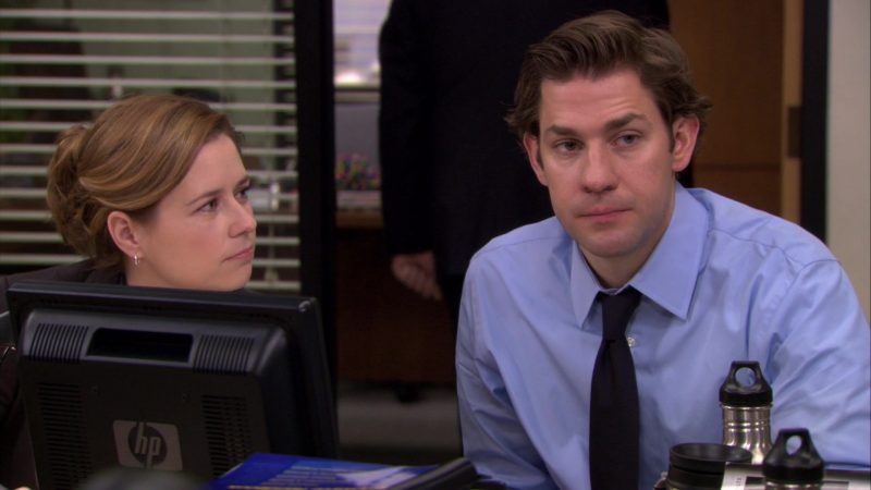 """HP Monitor Used by Jenna Fischer (Pam Beesly) in The Office – Season 6, Episode 23, """"Body Language"""" (2010) - TV Show Product Placement"""