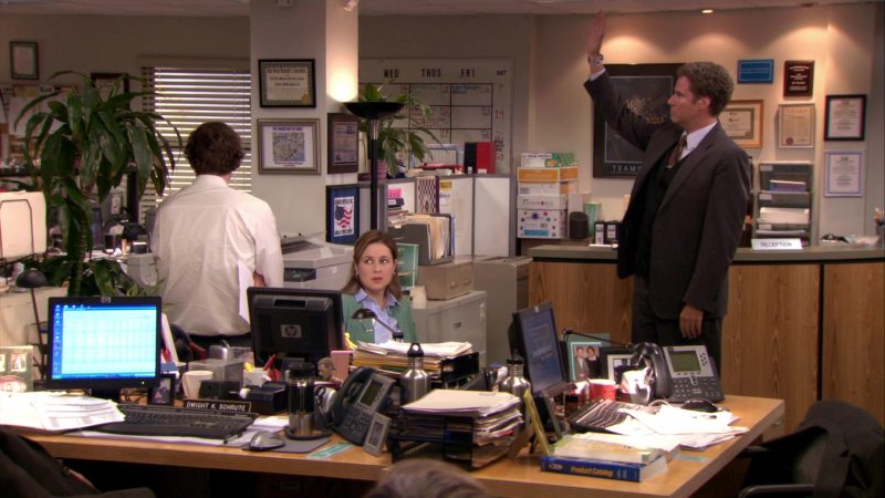 """HP Monitor Used by Jenna Fischer (Pam Beesly) in The Office – Season 7, Episode 23, """"The Inner Circle"""" (2011) - TV Show Product Placement"""