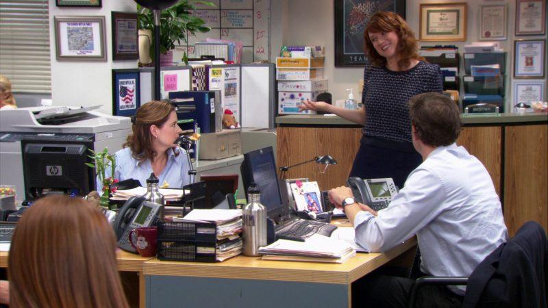 """HP Monitor Used by Jenna Fischer (Pam Beesly) in The Office – Season 9, Episode 1, """"New Guys"""" (2012) TV Show"""