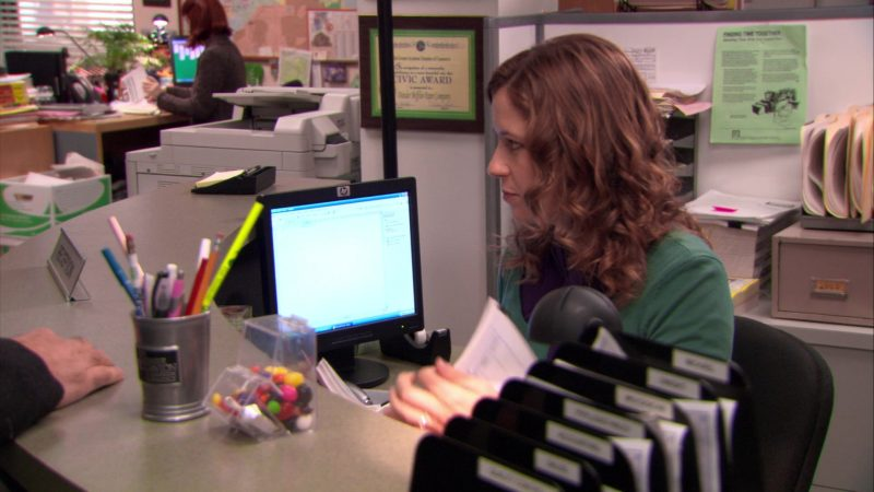 "HP Monitor Used by Jenna Fischer (Pam Beesly) in The Office – Season 5, Episode 18, ""Blood Drive"" (2009) TV Show Product Placement"