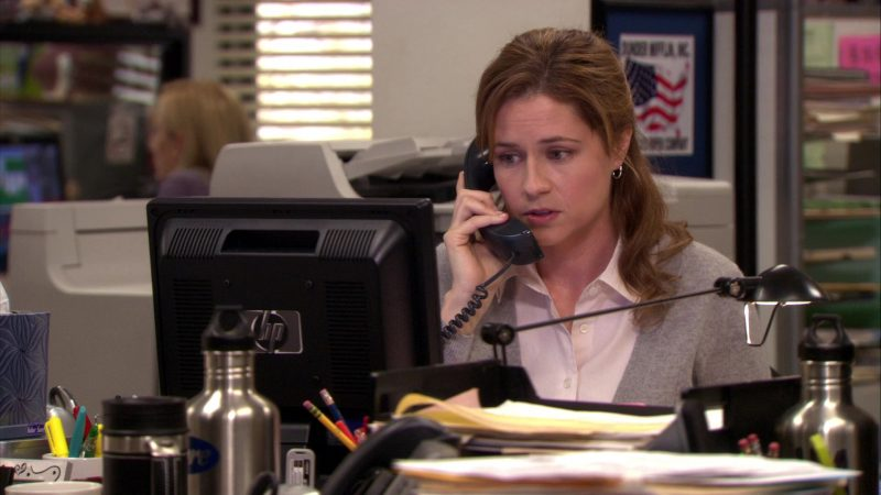 """HP Monitor Used by Jenna Fischer (Pam Beesly) in The Office – Season 7, Episode 15, """"The Search"""" (2011) TV Show Product Placement"""