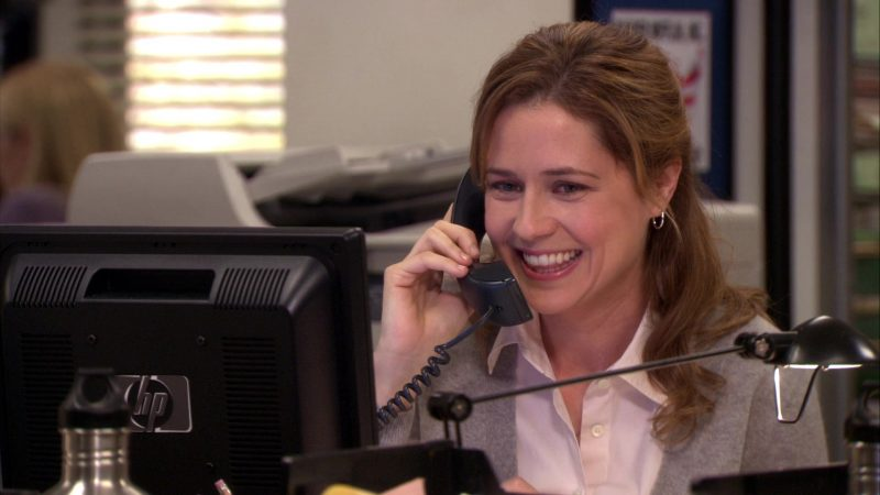 """HP Monitor Used by Jenna Fischer (Pam Beesly) in The Office – Season 7, Episode 15, """"The Search"""" (2011) - TV Show Product Placement"""