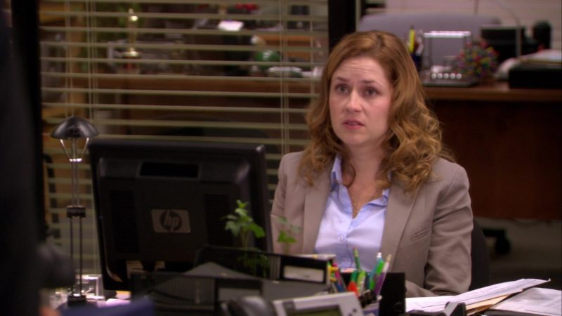 """HP Monitor Used by Jenna Fischer (Pam Beesly) in The Office – Season 6, Episode 11, """"Shareholder Meeting"""" (2009) TV Show Product Placement"""