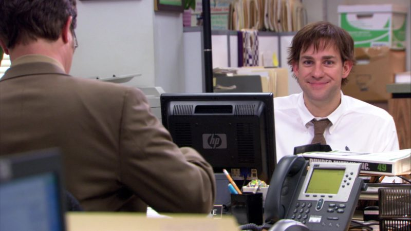 """HP Monitor Used by John Krasinski (Jim Halpert) in The Office – Season 3, Episode 19, """"The Negotiation"""" (2007) TV Show Product Placement"""