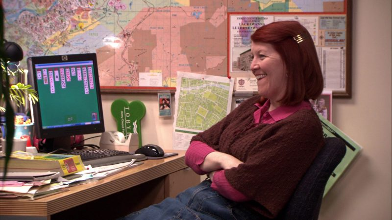 """HP Monitor Used by Kate Flannery (Meredith Palmer) in The Office – Season 5, Episodes 14-15, """"Stress Relief"""" (2009) TV Show Product Placement"""