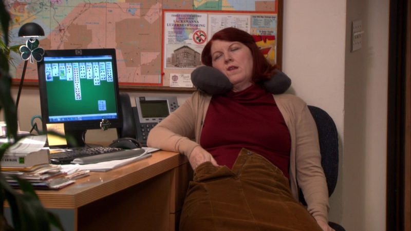 """HP Monitor Used by Kate Flannery (Meredith Palmer) in The Office – Season 8, Episode 8, """"Gettysburg"""" (2011) - TV Show Product Placement"""