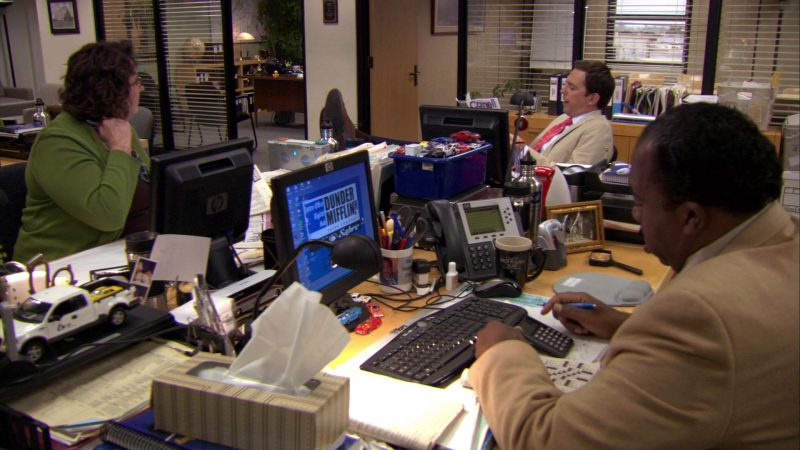 """HP Monitor Used by Leslie David Baker (Stanley Hudson) in The Office – Season 7, Episode 5, """"The Sting"""" (2010) TV Show Product Placement"""