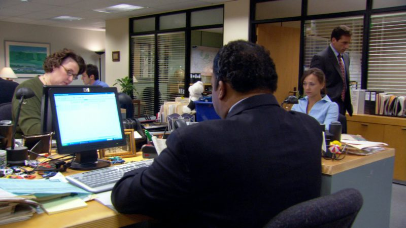 """HP Monitor Used by Leslie David Baker (Stanley Hudson) in The Office – Season 3, Episode 14, """"The Return"""" (2007) - TV Show Product Placement"""