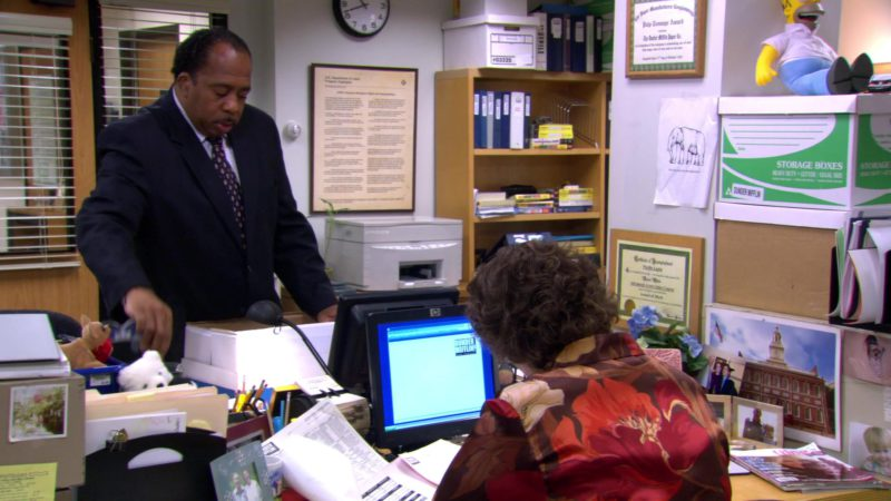 """HP Monitor Used by Phyllis Smith (Phyllis Vance) in The Office – Season 3, Episode 7, """"Branch Closing"""" (2006) - TV Show Product Placement"""