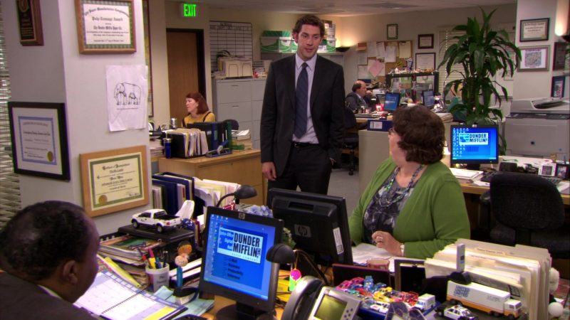 """HP Monitor Used by Phyllis Smith (Phyllis Vance) in The Office – Season 6, Episode 11, """"Shareholder Meeting"""" (2009) - TV Show Product Placement"""