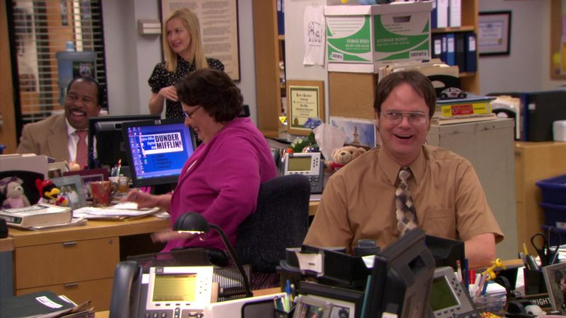 """HP Monitor Used by Phyllis Smith (Phyllis Vance) in The Office – Season 5, Episode 28, """"Company Picnic"""" (2009) - TV Show Product Placement"""