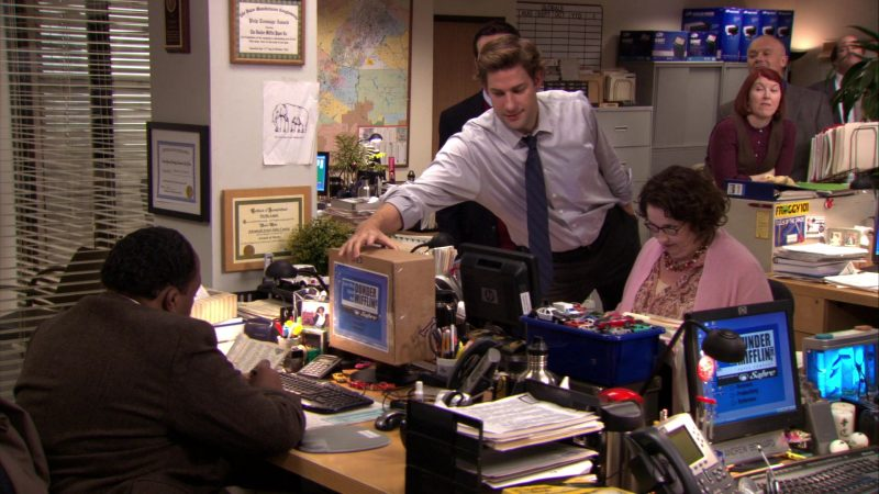 """HP Monitor Used by Phyllis Smith (Phyllis Vance) in The Office – Season 7, Episode 6, """"Costume Contest"""" (2010) - TV Show Product Placement"""