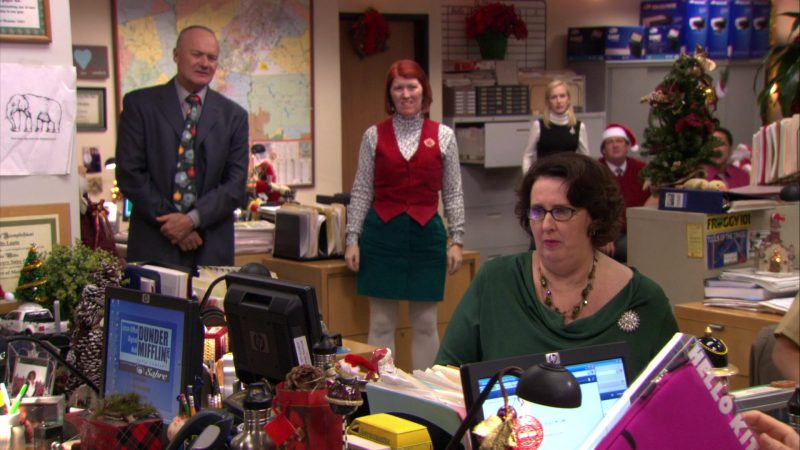 """HP Monitor Used by Phyllis Smith (Phyllis Vance) in The Office – Season 7, Episodes 11-12, """"Classy Christmas"""" (2010) - TV Show Product Placement"""