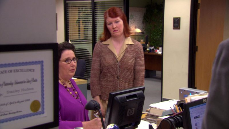 """HP Monitor Used by Phyllis Smith (Phyllis Vance) in The Office – Season 4, Episode 17, """"Job Fair"""" (2008) TV Show Product Placement"""