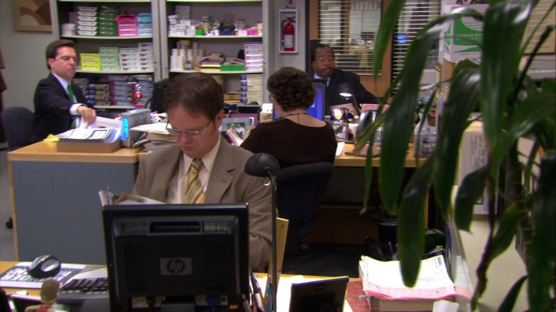 """HP Monitor Used by Rainn Wilson (Dwight Schrute) in The Office – Season 4, Episode 14, """"Chair Model"""" (2008) - TV Show Product Placement"""