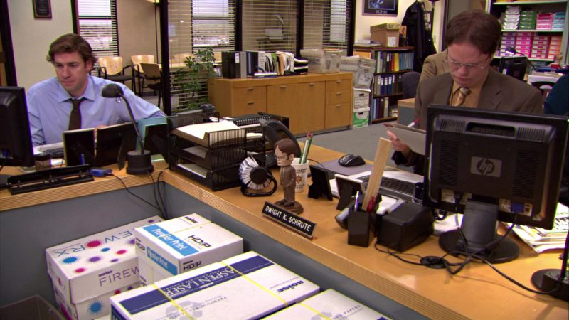 """HP Monitor Used by Rainn Wilson (Dwight Schrute) in The Office – Season 5, Episode 12, """"The Duel"""" (2009) TV Show Product Placement"""