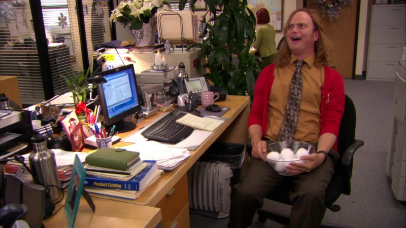 """HP Monitor Used by Rainn Wilson (Dwight Schrute) in The Office – Season 7, Episodes 11-12, """"Classy Christmas"""" (2010) - TV Show Product Placement"""