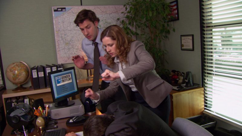 """HP Monitor Used by Steve Carell (Michael Scott) in The Office – Season 5, Episode 28, """"Company Picnic"""" (2009) - TV Show Product Placement"""