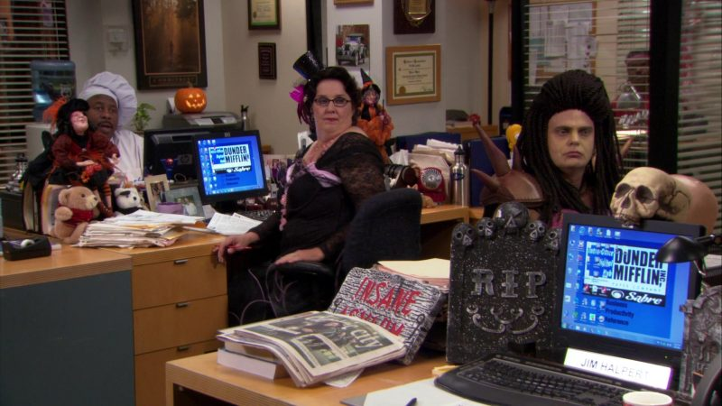 "HP Monitors Used by Phyllis Smith (Phyllis Vance) & Leslie David Baker (Stanley Hudson) in The Office – Season 8, Episode 5, ""Spooked"" (2011) - TV Show Product Placement"