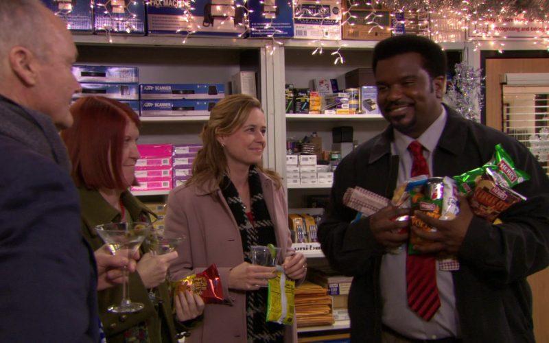 Herr's Snacks Held by Craig Robinson (Darryl Philbin) in The Office – Season 7, Episodes 11-12 (1)