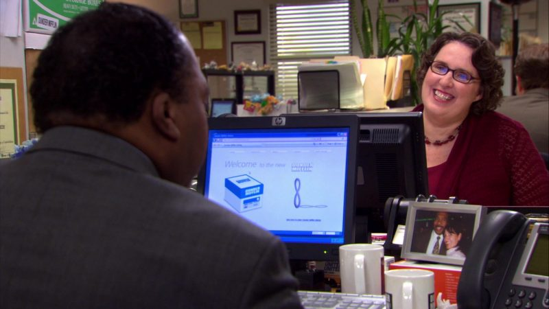 """HP Monitor Used by Leslie David Baker (Stanley Hudson) in The Office – Season 4, Episodes 5-6, """"Launch Party"""" (2007) TV Show Product Placement"""