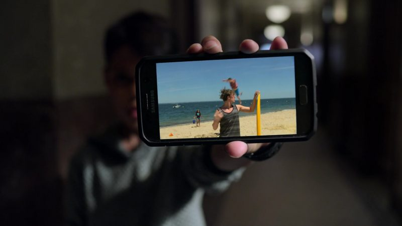 """Samsung Galaxy Smartphone in Jessica Jones - Season 3, Episode 1, """"A.K.A The Perfect Burger"""" (2019) - TV Show Product Placement"""
