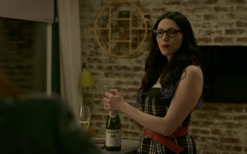 Martinelli's Sparkling Cider Enjoyed by Laura Prepon as Alex Vause in Orange Is the New Black (1)
