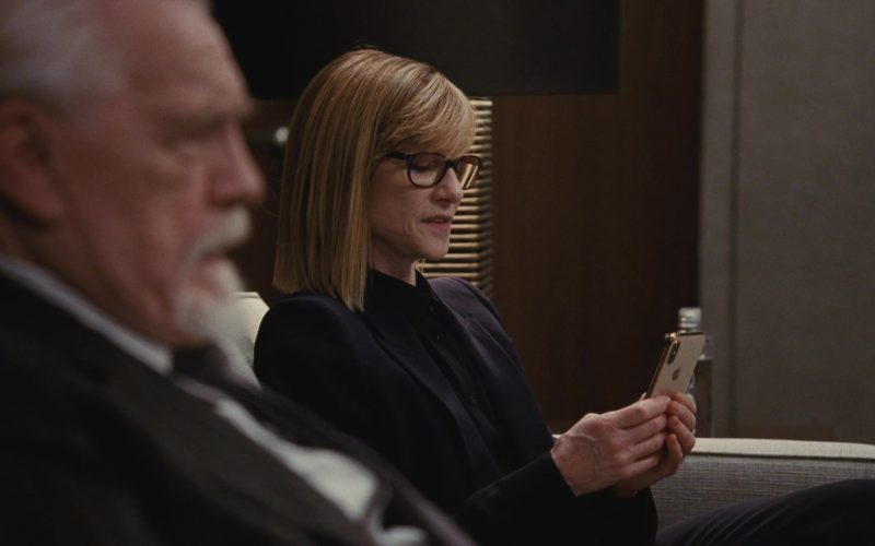 Apple iPhone Smartphone Held by Holly Hunter in Succession (2)