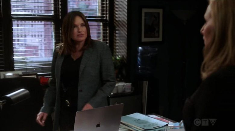"""Apple MacBook Laptop Used by Mariska Hargitay in Law & Order: Special Victims Unit - Season 1 Episode 21 """"Nocturne"""" (2019) - TV Show Product Placement"""