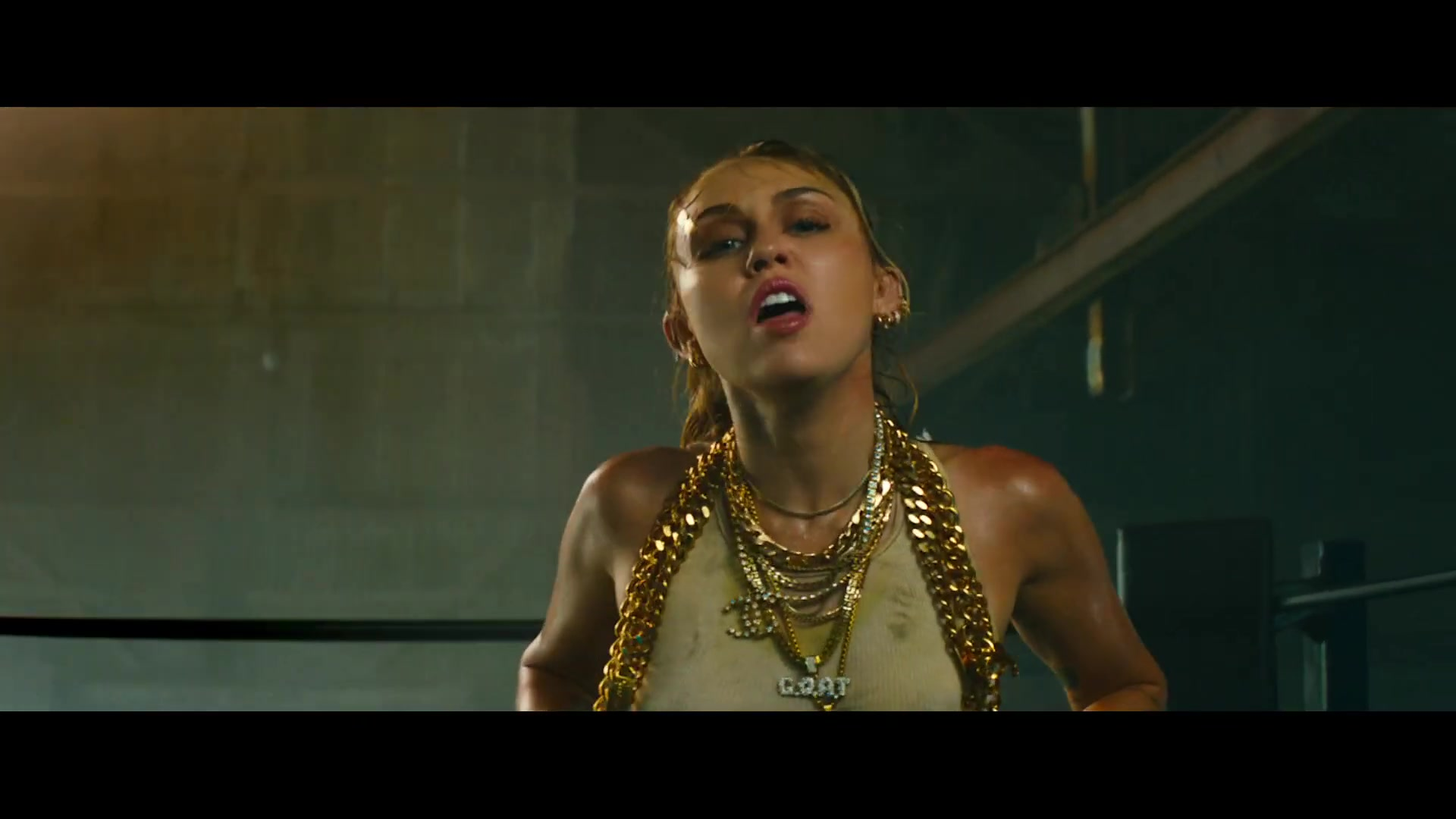 Chanel Necklace Worn By Miley Cyrus In Don T Call Me Angel Charlie S Angels 2019