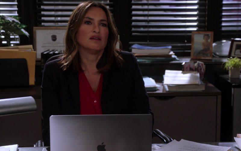 Apple MacBook Laptop Used by Mariska Hargitay as Olivia Benson in Law & Order Special Victims Unit Season 21 Episode 4 (3)