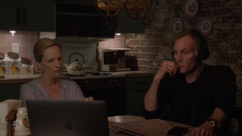 """Apple MacBook Laptop in The Blacklist Season 7 Episode 3 """"Les Fleurs du Mal"""" (2019) TV Show"""