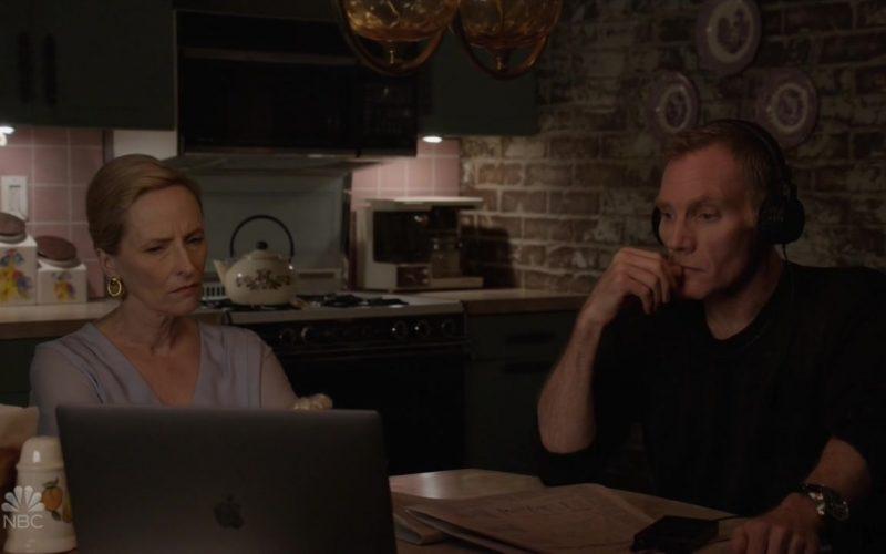 Apple MacBook Laptop in The Blacklist Season 7 Episode 3 Les Fleurs du Mal